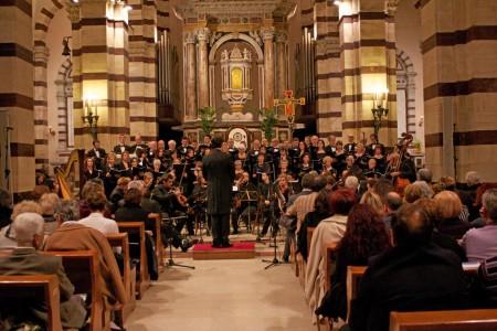 Vista d'insieme delle corali Ensemble da Palestrina, Quod Libet, Orchestra Sinfonica Città di Grosseto e il Maestro Massimo Merone